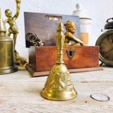 Antigüedades: CAMPANILLA DECORATIVA DE BRONCE O LATÓN CAMPANA DE MESA CON DIBUJOS RURALES. Lote 251557030