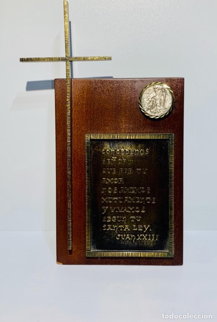 GRAN PIEZA MADERA CON CRUZ. INSCRIPCIÓN PAPA JUAN XXIII. ADVOCACIÓN VIRGEN LOURDES. PPIOS. 60 (Antigüedades - Religiosas - Varios)