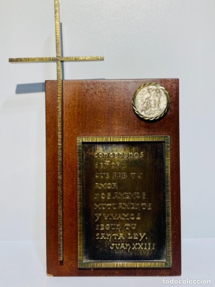Antigüedades: Gran pieza madera con Cruz. Inscripción Papa Juan XXIII. Advocación Virgen Lourdes. Ppios. 60 - Foto 2 - 251569105