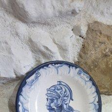 Antigüedades: PLATO DECORATIVO DE CERÁMICA DE TALAVERA PINTADO A MANO. Lote 251630195
