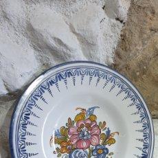 Antigüedades: PLATO DECORATIVO DE CERÁMICA DE TALAVERA PINTADO A MANO. Lote 251633695