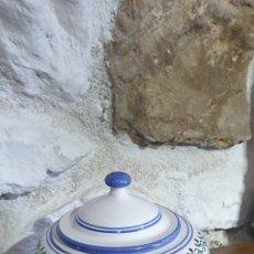 Antigüedades: BOMBONERA DE CERAMICA DE TALAVERA CON TAPA Y PLATO PINTADA A MANO. Lote 251641285