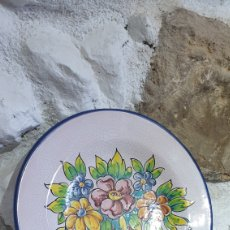 Antigüedades: PLATO DECORATIVO DE CERÁMICA PINTADO A MANO DE TALAVERA. Lote 251646855