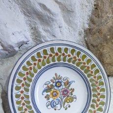 Antigüedades: PLATO DECORATIVO DE CERÁMICA DE TALAVERA PINTADO A MANO. Lote 251664940