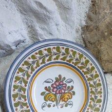Antigüedades: PLATO DECORATIVO DE CERÁMICA DE TALAVERA PINTADO A MANO. Lote 251666000