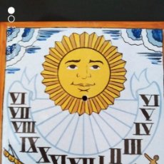 Antigüedades: CLASICO RELOJ SOL AZULEJO ESMALTADO GRABADO CERAMICA MANISES, CALIDAD CORRECTO. Lote 251666950
