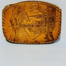 Antigüedades: CARTERA MONEDERO. CUERO REPUJADO. CREMALLERA. SANTUARIO VIRGEN DE LOURDES. CALIDAD. IMPECABLE.. Lote 251719985
