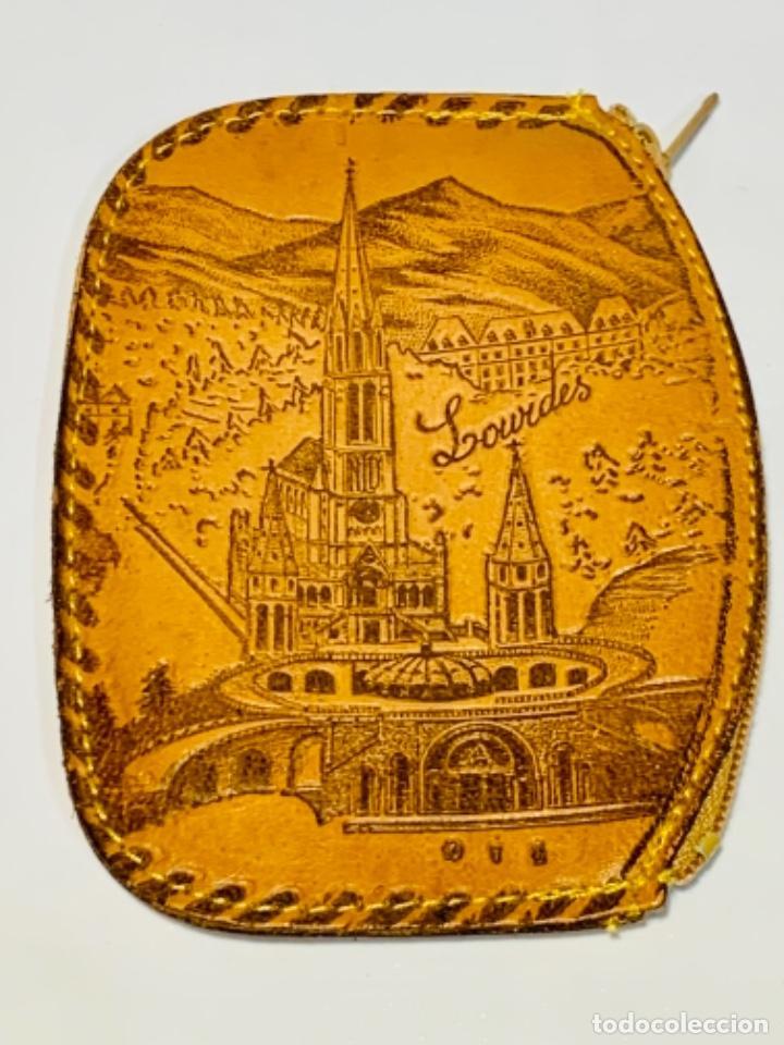 Antigüedades: Cartera Monedero. Cuero repujado. Cremallera. Santuario Virgen de Lourdes. Calidad. Impecable. - Foto 6 - 251719985
