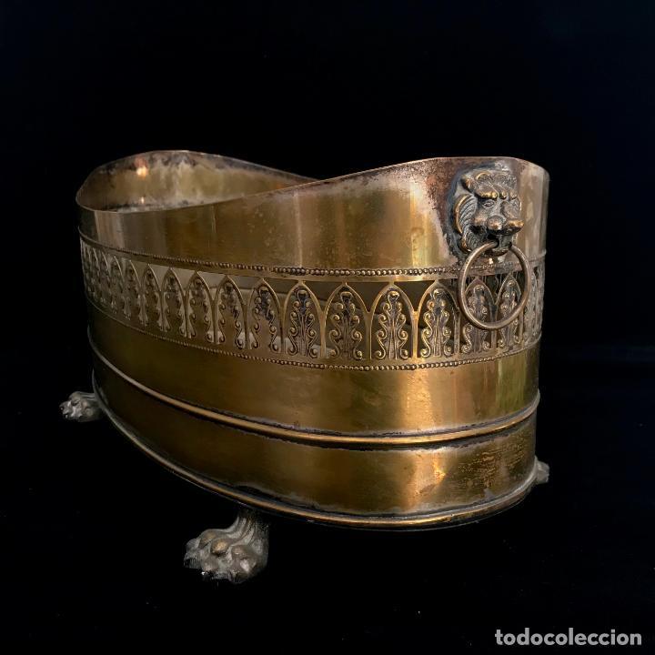 JARDINERA GRANDE DE METAL O LATÓN. 43 CM (Antigüedades - Hogar y Decoración - Jardineras Antiguas)