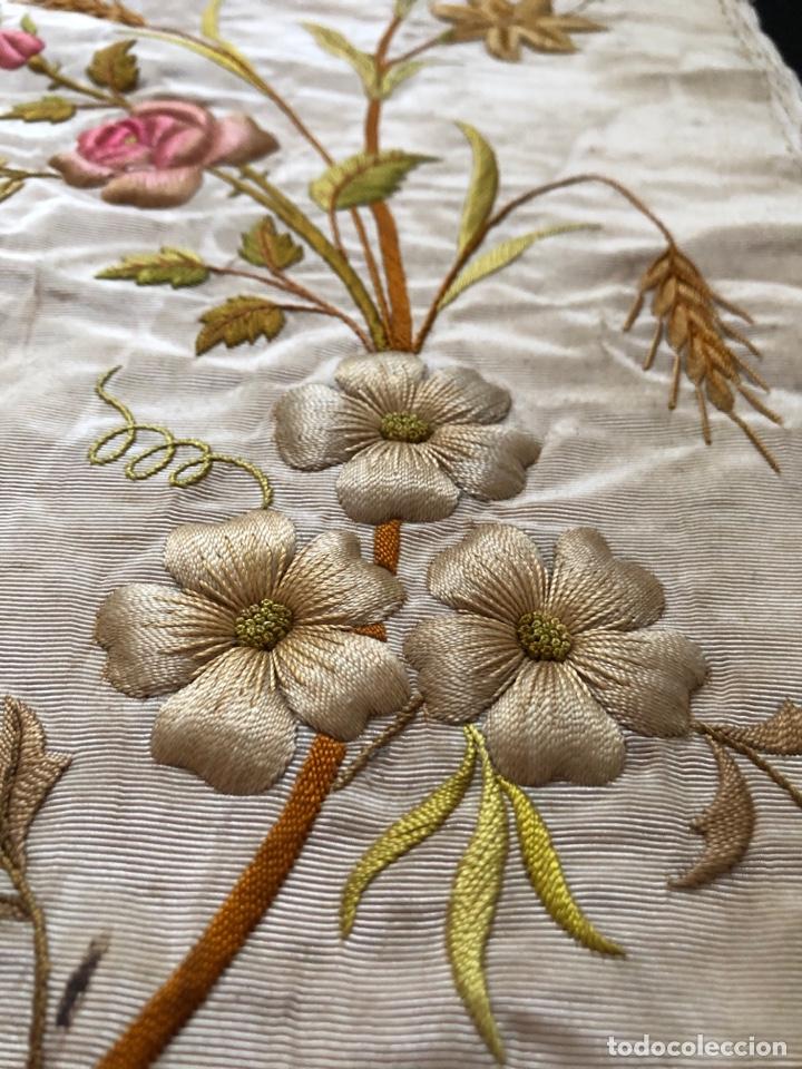 Antigüedades: Capillo bordado en oro y sedas de colores - Foto 2 - 251792455