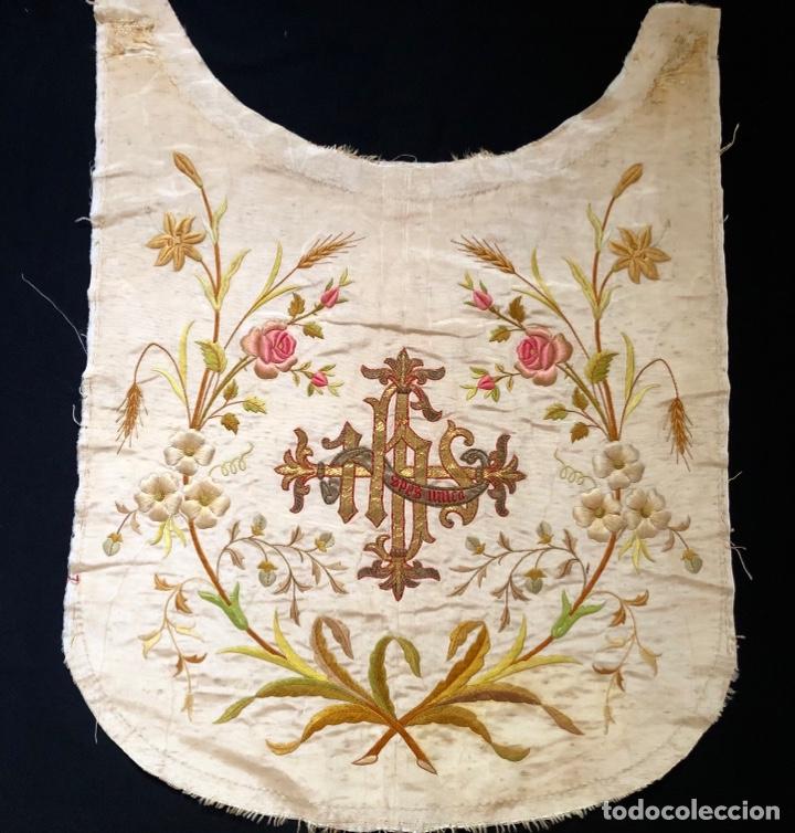 Antigüedades: Capillo bordado en oro y sedas de colores - Foto 3 - 251792455