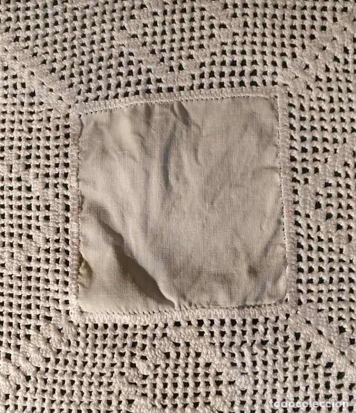 Antigüedades: Tp 55 Tapete tela centro y ganchillo blanco roto cuadrado - 30cm x 30cm - Foto 2 - 251848105