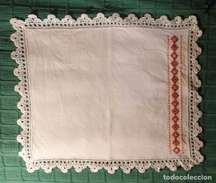 Antigüedades: Tp 56 Tapete / mantel hilo con cenefa lateral bordada punto cruz y encaje ganchillo - 52cm x 45cm - Foto 4 - 251853010