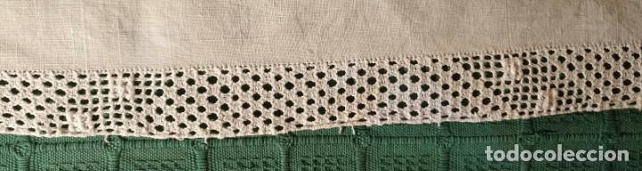Antigüedades: Tp 57 M52 Antiguo tapete centro mesa hilo con encaje ganchillo - 64cm x 34cm - Foto 3 - 251859035