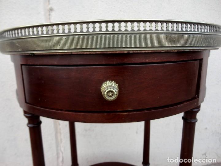 Antigüedades: Pareja de mesillas auxiliares, veladores en madera de caoba, apliques de bronce y tapa de marmol - Foto 6 - 251874550