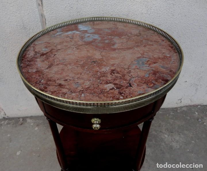 Antigüedades: Pareja de mesillas auxiliares, veladores en madera de caoba, apliques de bronce y tapa de marmol - Foto 9 - 251874550