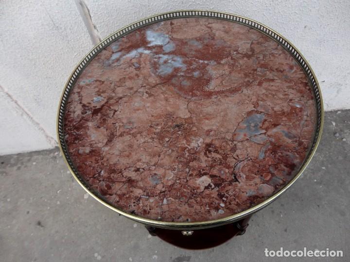 Antigüedades: Pareja de mesillas auxiliares, veladores en madera de caoba, apliques de bronce y tapa de marmol - Foto 10 - 251874550