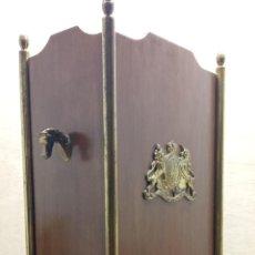 Antigüedades: BASTONERO PARAGÜERO CON BRONCES - ESCUDO BRITANICO Y CABEZAS DE CABALLO - HIPICA INGLESA. Lote 251908140