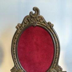 Antigüedades: PORTAFOTOS METALICO OVALADO DE SOBREMESA ANTIGUO. Lote 251945090