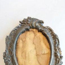 Antigüedades: PORTARETRATOS ANTIGUO DE BRONCE. Lote 251952785