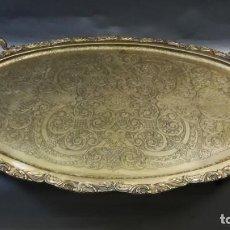 Antigüedades: BANDEJA METALICA GRANDE CON ASAS Y PATAS LATON DORADA. Lote 251957140