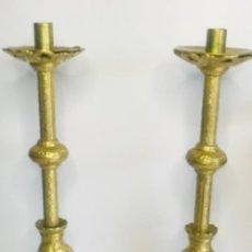 Antigüedades: ELEGANTES HACHEROS DE ALTAR DE BRONCE. SIGLO XIX.. Lote 252033635