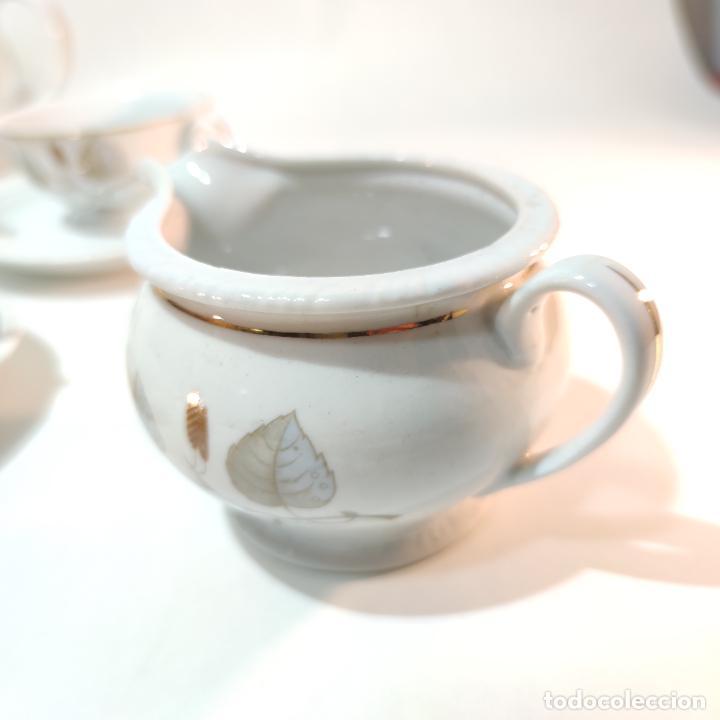 Antigüedades: Juego de café o té de porcelana Santa Clara. Vigo. 6 tazas. 5 platos. Tetera, azucarero, jarrita lec - Foto 2 - 252208045