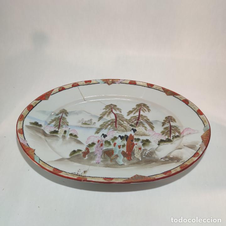 Antigüedades: Espectacular conjunto de piezas de porcelana japonesa Kutani. Enorme fuente firmada de 51 cm. - Foto 17 - 252213700