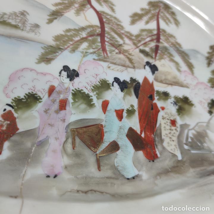 Antigüedades: Espectacular conjunto de piezas de porcelana japonesa Kutani. Enorme fuente firmada de 51 cm. - Foto 18 - 252213700