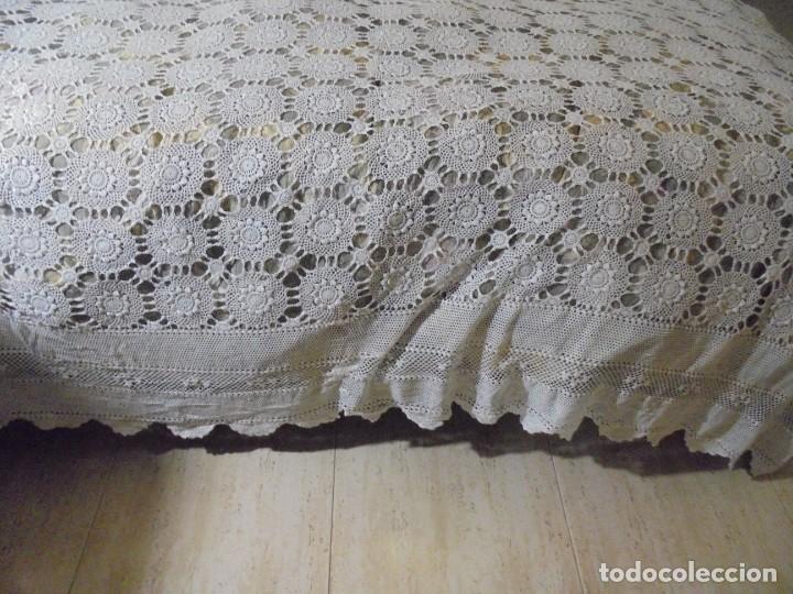 Antigüedades: BONITA COLCHA DE GANCHILLO MIDE 2,93 X 176 .-TIENE ALGUN DEFECTO VER FOTOS - Foto 4 - 252374440