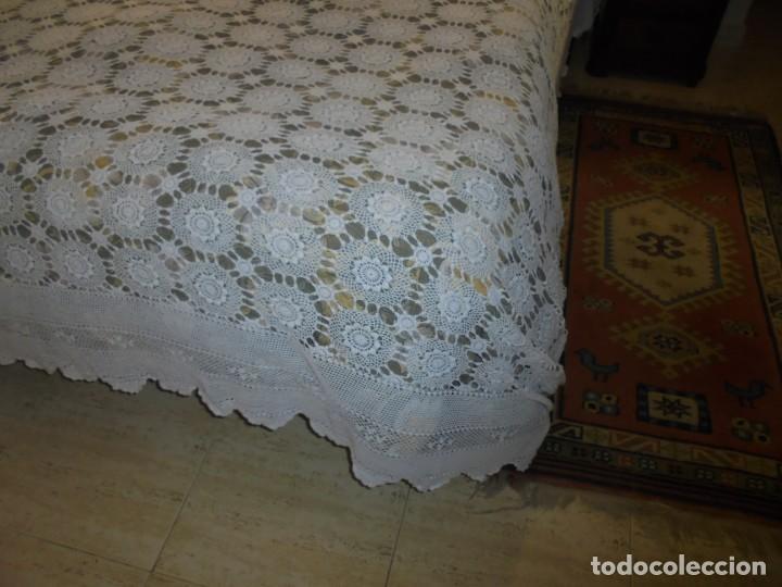 Antigüedades: BONITA COLCHA DE GANCHILLO MIDE 2,93 X 176 .-TIENE ALGUN DEFECTO VER FOTOS - Foto 14 - 252374440