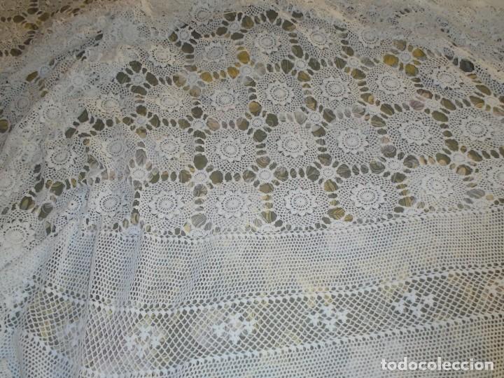 Antigüedades: BONITA COLCHA DE GANCHILLO MIDE 2,93 X 176 .-TIENE ALGUN DEFECTO VER FOTOS - Foto 28 - 252374440