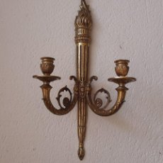 Antigüedades: ANTIGUO CANDELABRO PORTAVELAS DOS BRAZOS PARA VELAS - DE METAL DORADO DE PARED PREPARADO PARA COLGAR. Lote 252374575