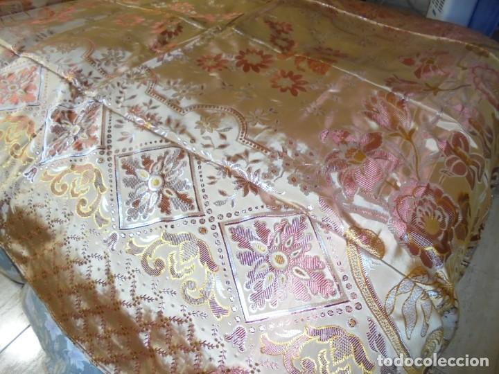 Antigüedades: ANTIGUA COLCHA BORCADA MIDE 1,71 X 2,60 COMO NUEVA - Foto 6 - 252385770