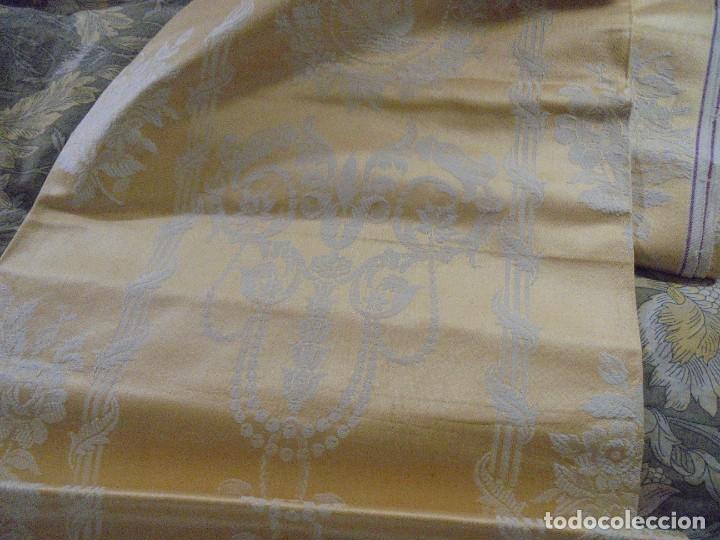 Antigüedades: GRAN RETAL ALGODON ADAMASCADO AMARILLO ORO INDUMENTARIA, TAPICERIAS 4,47 M DE LARGO X 1,63 ANCHO - Foto 2 - 252387060