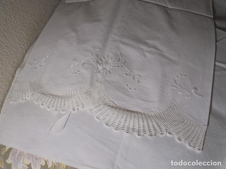 Antigüedades: JUEGO DE SABANA DE ALGODON BORDADA CON INICIALES.MIDE 2,37 X 1,56 - Foto 13 - 252388560