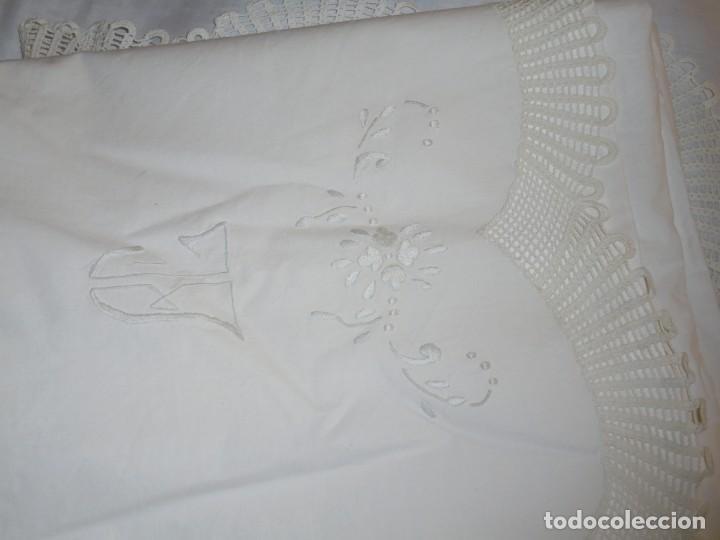 Antigüedades: JUEGO DE SABANA DE ALGODON BORDADA CON INICIALES.MIDE 2,37 X 1,56 - Foto 22 - 252388560