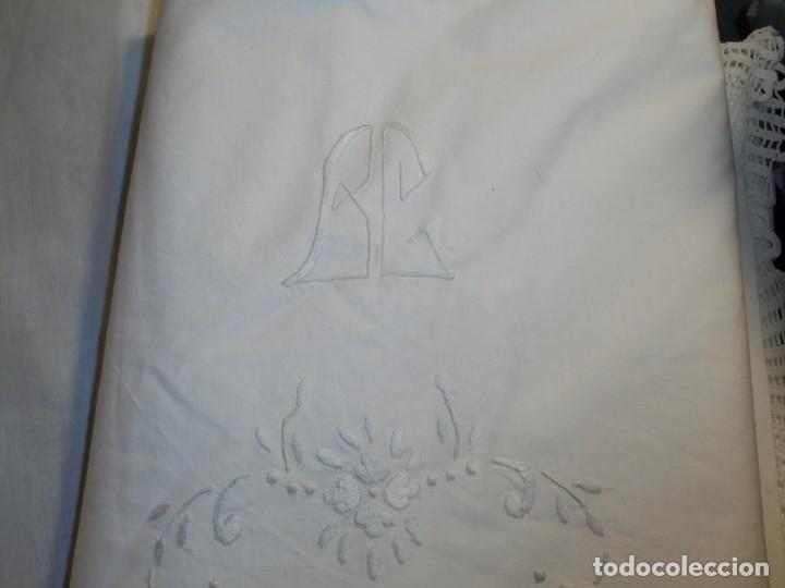 Antigüedades: JUEGO DE SABANA DE ALGODON BORDADA CON INICIALES.MIDE 2,37 X 1,56 - Foto 25 - 252388560