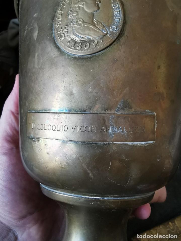 Antigüedades: Preciosa copa de latón conmemorativa. II coloquio VICON Andalucía. Con moneda de Carlos IV. Años 80 - Foto 3 - 231054010
