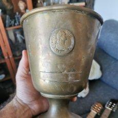 Antigüedades: PRECIOSA COPA DE LATÓN CONMEMORATIVA. II COLOQUIO VICON ANDALUCÍA. CON MONEDA DE CARLOS IV. AÑOS 80. Lote 231054010