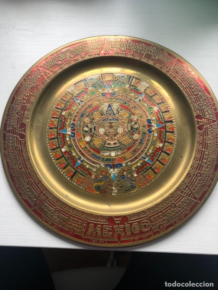 PRECIOSO PLATO LATÓN AZTECA MEXICO POLICROMADO 28 CMS, UNA JOYA, VER FOTOS (Antigüedades - Hogar y Decoración - Platos Antiguos)
