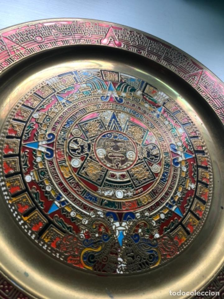 Antigüedades: Precioso plato latón azteca Mexico policromado 28 cms, una joya, ver fotos - Foto 2 - 252496370