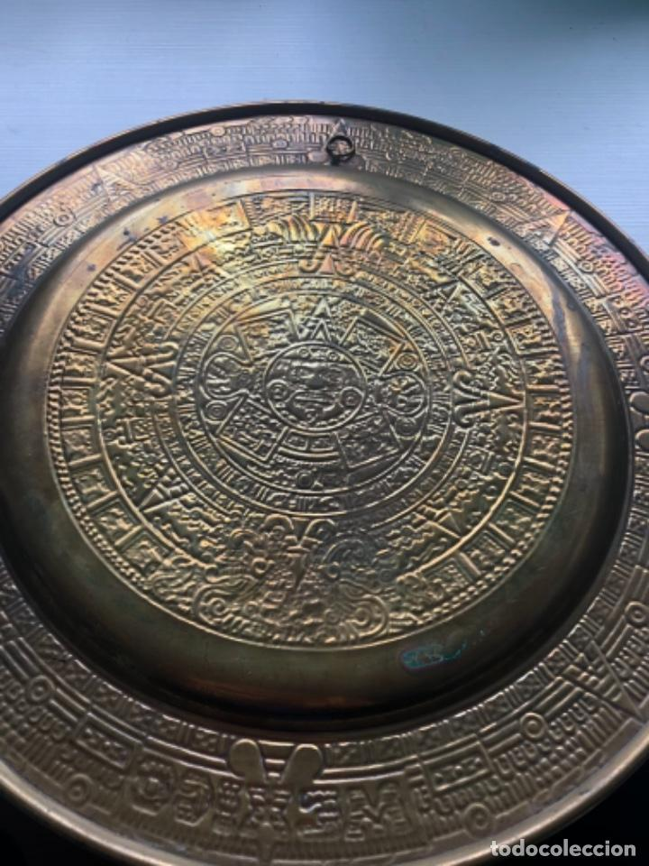 Antigüedades: Precioso plato latón azteca Mexico policromado 28 cms, una joya, ver fotos - Foto 3 - 252496370