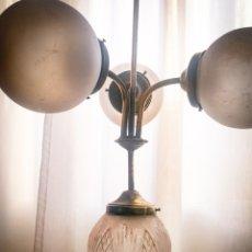 Antigüedades: LAMPARA TECHO MODERNISTA ART-DECO, 3 GLOBOS ESMERILADOS Y EL CENTRAL TALLADO A MANO, TODO ORIGINAL.. Lote 252499255