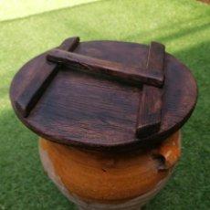 Antigüedades: ANTIGUA TINAJA DE BARRO CON TAPA DE MADERA. Lote 252538490