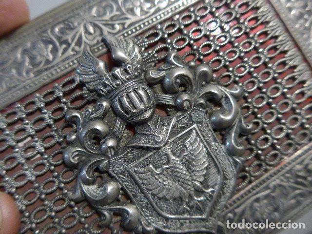 Antigüedades: Antigua caja trabajada de plata o metal plateado con escudo militar a identificar. - Foto 3 - 252546100