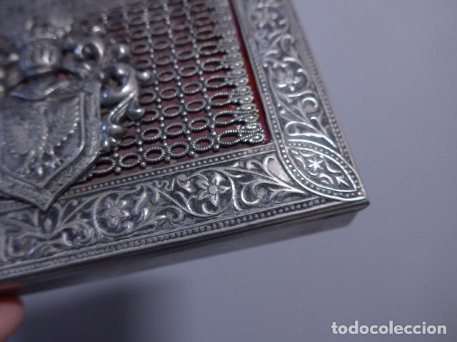 Antigüedades: Antigua caja trabajada de plata o metal plateado con escudo militar a identificar. - Foto 4 - 252546100