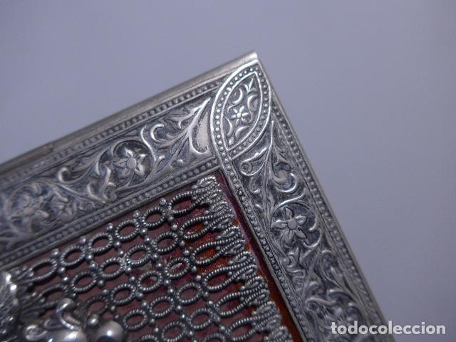 Antigüedades: Antigua caja trabajada de plata o metal plateado con escudo militar a identificar. - Foto 5 - 252546100