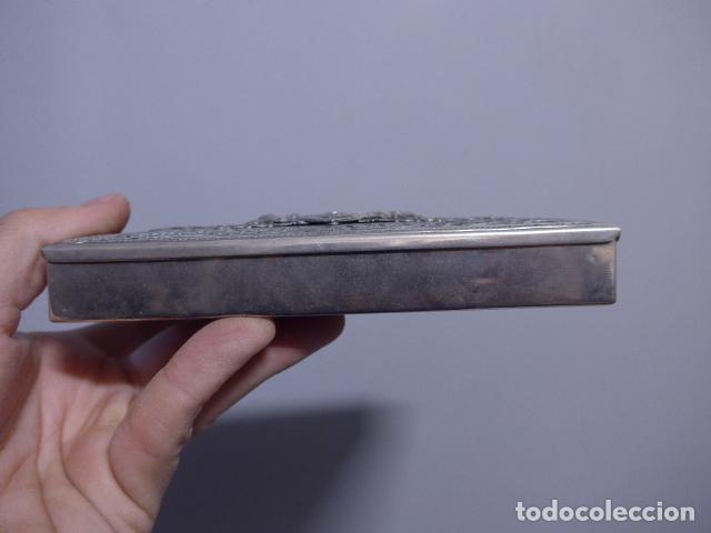Antigüedades: Antigua caja trabajada de plata o metal plateado con escudo militar a identificar. - Foto 7 - 252546100
