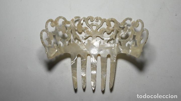 Antigüedades: ANTIGUA PEINA PEINETA PASTA SIMIL NACAR MADREPERLA, MEDIDAS CON PEINE 12,5X10,5 CM. - Foto 4 - 252742725